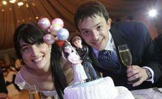 Te estas por casar? Sorprende a todos tus invitados con un detalle súper original para la torta de bodas. La réplica de los novios personalizados en miniatura. Son en porcelana fría y super divertidos!