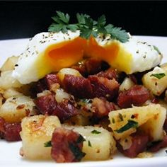 Deluxe Corned Beef Hash - This Corned Beef Hash recipe is the perfect breakfast for the day after St. Patrick's Day with all your leftover corned beef (if there is any! Breakfast Potatoes, Breakfast Dishes, Breakfast Time, Best Breakfast, Breakfast Recipes, Breakfast Skillet, Breakfast Ideas, Cooking Corned Beef, Corned Beef Hash