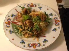 Asiatiske kjøttboller med risnudler og babyleaf