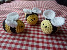 fuzzy little bees amigurumi crochet pattern Crochet Gratis, Crochet Amigurumi, Love Crochet, Knit Or Crochet, Amigurumi Patterns, Crochet Dolls, Crochet Flowers, Knitting Patterns, Crochet Patterns