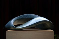 Jan van der Laan- Serpentijn opaal- 2009- Enkele lus er zit een golf in verwerkt dat het groiend maakt