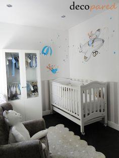 Decoración de habitaciones infantiles con murales artísticos pintados a mano alzada. Trabajamos en todo tipo de superficies: armarios, lámparas, muebles, telas...