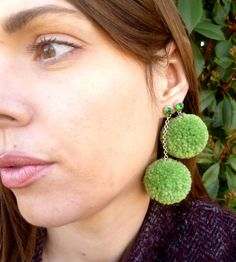 ORECCHINI POMPOM SWAROVSKI verde pistacchio oliva di SissiHand