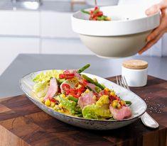 Als Basis für die scharfe Salatsauce dient der Bratensatz des Roasbeefs. Senf – mild und scharf – sorgt für zusätzlichen Geschmack.
