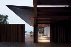 Modern House Design : Casa RHG by Bernardes Jacobsen Arquitetura Roof Architecture, Residential Architecture, Amazing Architecture, Architecture Details, Tropical Architecture, Arch House, House Roof, Design Exterior, Interior Exterior