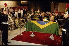 """Ayrton Senna El 4 de mayo trasladaron sus restos a Brasil. Cuando sacaron el féretro del avión recubierto con una bandera brasileña, la gente agolpada comenzó a cantar llorando, """"¡Ooolé, olé, olé oláaa, Senaaa… Senaaa…"""