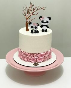 Pipe a strip of rosettes in the middle of the cake – Artofit Panda Birthday Cake, Adult Birthday Cakes, Beautiful Cakes, Amazing Cakes, Cake Cookies, Cupcake Cakes, Bolo Panda, Panda Cakes, Christmas Food Gifts