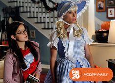 Claire exagerou no Halloween do ano anterior, e os vizinhos definitivamente não têm o mesmo entusiasmo que ela. Modern Family - Domingos, 10H #EuCurtoFOX Confira conteúdo exclusivo no www.foxplay.com