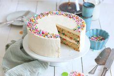 Einfache Vanille Cupcakes mit Vanille-Buttercreme | Bake to the roots Funfetti Kuchen, Funfetti Cake, Classic Cheesecake, Cotton Cheesecake, Rocher Torte, Vanille Cupcakes, Vegan Buttercream, Strawberry Cheesecake, Strawberry Cupcakes