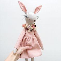 No photo description available. Dou Dou, Diy Cadeau, Handmade Stuffed Animals, Doll Maker, Soft Sculpture, Doll Clothes Patterns, Fabric Dolls, Softies, Handmade Toys