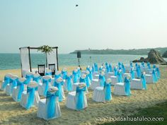 Montaje de ceremonia en color azul  ideal para tu boda en playa por Bodas Huatulco