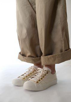ナチュラルベーシックなnutsllyのキャンバススニーカーです 目を惹くゴールドアイレットがシンプルになりすぎず脚元のアクセントに オフの日はカジュアルにキャメルのワイドパンツとコーディネートして 町にお出かけもいいですね nutsllyナッツリー NAICHY NATURAL EWT-SS2 #nutslly #sneakers #shoes #love #cute #fashion #ナッツリー #スニーカー #シューズ #ナチュラル