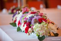 Arrangement floral d'un banquet Bouquet, Floral Arrangements, Table Decorations, Flowers, Furniture, Home Decor, Rose Flower Arrangements, Decoration Home, Bunch Of Flowers