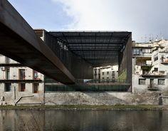 """Construido por RCR Arquitectes,PUIGCORBÉ arquitectes en Ripoll, Spain Tras la demolición del teatro """"la Lira"""" en Ripoll, aparece un vacío urbano, frente al río Ter, sobre la muralla urban..."""