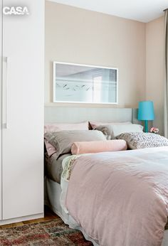 Apartamento de 70 m² tem decoração ultrafeminina - Em forma de L, o armário toma boa parte do quarto de 3,75 x 2,65 m. A solução para que a peça não pesasse no ambiente foi pintá-la de branco, cor em harmonia com o bege das paredes. Cama vestida com lençol fendi (Casa Almeida), tecido floral da Entreposto e almofada texturizada (Olho Interni). O armário do quarto é da Todeschini.