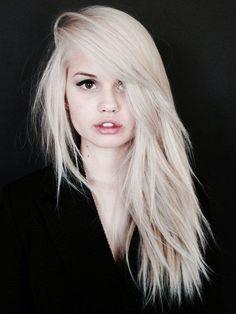 Cheveux couleur blond platine