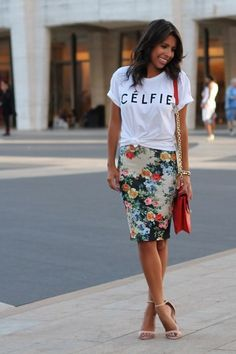 Here are five perfect outfit ideas for how to wear a graphic T-shirts, inspired by Fashion Week street style. Floral Skirt Outfits, Floral Pencil Skirt, Pencil Skirts, Pencil Dress, Casual Pencil Skirt Outfits, Graphic Tee Outfits, Graphic Tees, Dress Up Tshirt, Shirt Outfit