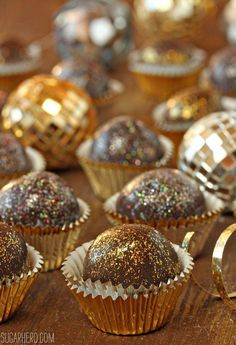 for New Year's Eve Disco Truffles – These super fun chocolaty treats will definitely light up your New Year's party!Disco Truffles – These super fun chocolaty treats will definitely light up your New Year's party! Dessert Party, Dessert Table, New Year's Desserts, Wedding Desserts, Dessert Recipes, Party Recipes, Chocolate Dorado, New Years Eve Dessert, New Years Eve Menu