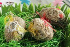 Die Ostereier sind auf Kunststoff-Basis gefertigt, mit Paket-Schnur, Deko-Stoff  und verschiedenen Dekorationsteilen verziert.(Sieh Bilder) Jedes Ei ist ein Unikat, dazu sehen diese Deko-Eier...