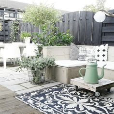 Combinatie zwart/wit/groen [styling en fotografie door missjettle] Outdoor Garden Furniture, Outdoor Rooms, Outdoor Living, Outdoor Decor, Pergola, Patio Gazebo, Backyard, Patio Interior, Interior Exterior