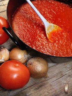 Erst mit der richtigen Tomatensoße wird eine Pizza perfekt. Leuchtend rot in der Farbe und herrlich fruchtig im Geschmack - so schmeckt sonnengereiftes Pizzaglück!