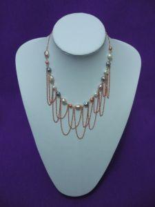 Collar de perlas y cadenas
