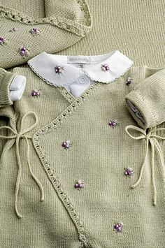 Cashmere and baby flowers! Baby Knitting Patterns, Baby Sweater Patterns, Baby Hats Knitting, Knitting For Kids, Baby Patterns, Baby Outfits, Kids Outfits, Baby Cardigan, Baby Pullover Muster