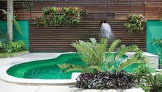 A área externa da casa carioca passou por uma reforma para mudar o formato da piscina e na casa paulista o ponto de partida foi variar a...