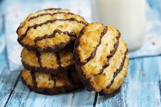 Popular Christmas cookies, ranked worst to best Samoa Cookies, Cake Cookies, Oreo Cupcakes, Girl Scout Samoas, No Bake Desserts, Dessert Recipes, Chewy Gingerbread Cookies, Chocolate Crinkles, Chocolate Dipped