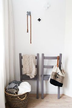 DIY: create wall-mounted valets with chairs - Trendy Home Decorations - DIY: create wall-mounted valets with chairs – Trendy Home Decorations DIY: create wall-mounted valets with chairs My Living Room, Home And Living, Upcycled Furniture, Cool Furniture, Student Room, Trendy Home, Bedroom Storage, Home Bedroom, Decoration