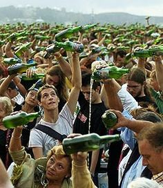 Everybody likes Sidra there. A bunch of people pouring cider in Asturias, Spain. Places Around The World, Around The Worlds, Asturias Spain, Spain Culture, Paraiso Natural, Spanish Food, Far Away, Places To Go, Humor