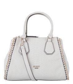 Een trendy tas van Guess. De Wild Child Small Retro Satchel Bag is uitgevoerd in PU-leder met trendy slangenprint. De tas is versierd met sierkettingen aan de zijkant en een subtiel Guess embleem aan de voorzijde.