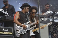 D'Angelo (guitar left) jams with his band at Made in America on September 1, 2012. ( MICHAEL S. WIRTZ / Staff Photographer ) August 31, 2012.