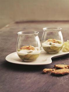 denne dessert bliver stikkelsbærrene serveret med en let skum smagt til med sød hyldeblomst og drysset med knasende mandelsmåkager.