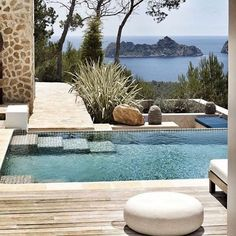 Modern swimming pool design does not constantly mean that a pool was built lately or has all of one of the most high-tech features as well as materials. Modern pool design go back to California in the Outdoor Pool, Outdoor Spaces, Outdoor Living, Piscina Interior, Moderne Pools, Design Exterior, Small Pools, Dream Pools, Beautiful Pools