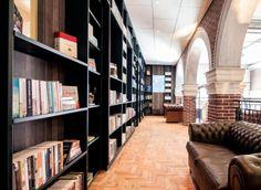 Als je door de wandelgangen van het Hotel Not Hotel loopt, is het net alsof je een expositie bezoekt. De meeste kamers zijn ontworpen door Collaboration-O, een groep jonge ontwerpers die allen gestudeerd hebben aan de Eindhoven Design Academy.