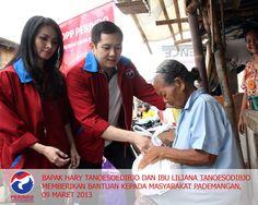 Bapak Hary Tanoesoedibjo dan Ibu Liliana Tanoesoedibjo memberikan bantuan kepada masyarakat Pademangan , 9 Maret 2013