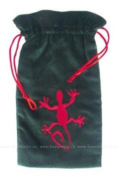 Sametový pytlík na karty - ještěrka  Cena: 198,00 Kč   Na karty, kamínky, kostky a další drobnosti.    Velice zvláštní a energeticky silný motiv, který zdobí tento pytlíček, si zajisté také najde své příznivce. Drawstring Backpack, Reusable Tote Bags, Backpacks, My Love, My Boo, Backpack