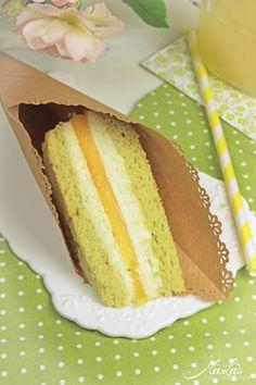 Ein süßes Sandwich aus feinem Pistazienbiskuit, Vanillecreme und frischer Mango