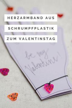 Upcyling: DIY Schrumpfplastik Herzarmbänder zum Valentinstag Marker, Valentines Diy, Diy For Kids, Crafty, School, Easy, Funny Faces, Diy, Crafting