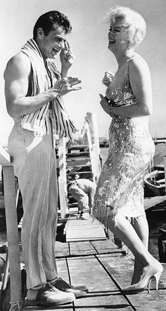 Tony Curtis and Marilyn Monroe on the set of Some Like it Hot (1959, Billy Wilder)