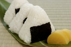 Onigiri or Rice Balls. A Japanese snack that's quite filling! Usually filled with fish or, for the vegetarians, seaweed (Konbu) or Miso. Japanese Snacks, Japanese Food, Rice Balls, International Recipes, Bento, Starters, Sushi, Traveling By Yourself, Vegetarian