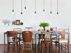 Salle à manger – Mismatched dining room chairs … Mismatched Dining Room, Woven Dining Chairs, Bentwood Chairs, Dining Room Chairs, Table And Chairs, Dining Table, Folding Chairs, Eclectic Dining Chairs, Office Chairs