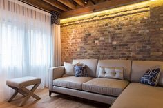 Warehouse apartment in Shad Thames with a modern space conscious makeover Brick Beauty: Chic Converted Warehouse Apartment in Shad Thames Brick In The Wall, White Brick Walls, Warehouse Apartment, London Apartment, Cheap Apartment, Toulouse, Modern Spaces, Small Spaces, Bohemian Style Bedrooms
