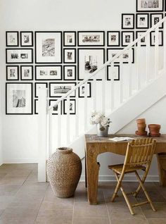 A staircase wall gallery. Ideas for how to hang pictures on the wall Inspiration Wand, Interior Inspiration, Inspiration Boards, Stairway Gallery Wall, Frame Gallery, Art Gallery, Stairway Art, Stairway Photos, Wall Photos