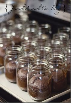 Perfect for adding that ice cream scoop! And no messes serving… Mason jar cake! Perfect for adding that ice cream scoop! And no messes serving it. Recipe and how to… Mason Jar Cakes, Mason Jar Desserts, Mason Jar Meals, Meals In A Jar, Just Desserts, Delicious Desserts, Mason Jars, Dessert Recipes, Yummy Food