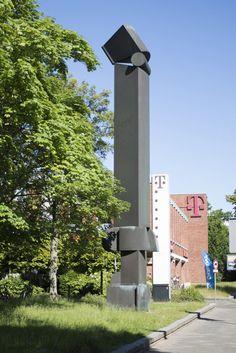 #Lübeck Zwölf Meter Höhe braucht es schon, um an der großen Fackenburger Allee mit ihrer städtischen Bebauung einen wirkungsvollenAkzent zu setzen. Georg Engst schuf aus verschiedenen geometrischen Elemen...