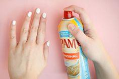 10 handige trucs voor het lakken van je nagels | Gebruik baking spray om je nagels sneller te laten drogen
