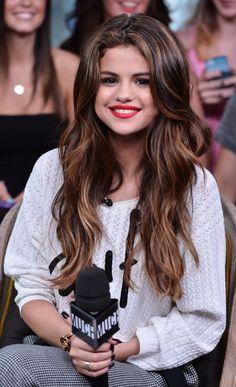 Transparencias marrones y corte en capas con ondas, ¡good job, Selena!