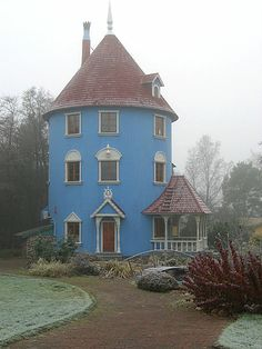 Moomin house in Finland based on the Moomin books.Ata loved them. Little White House, Little Houses, Beautiful Buildings, Beautiful Homes, Building Design, Building A House, Moomin House, Cyan, Unusual Homes